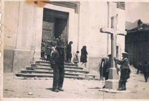 Laietto - Anno 1946 - Sagrato della Chiesa parrocchiale - In primo piano col cappello Alopite Carlo (foto Silvana Franchino)