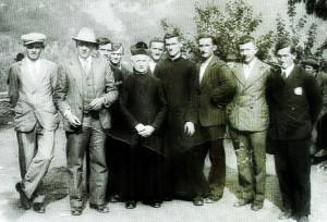 Don Margaria con alcuni parrocchiani